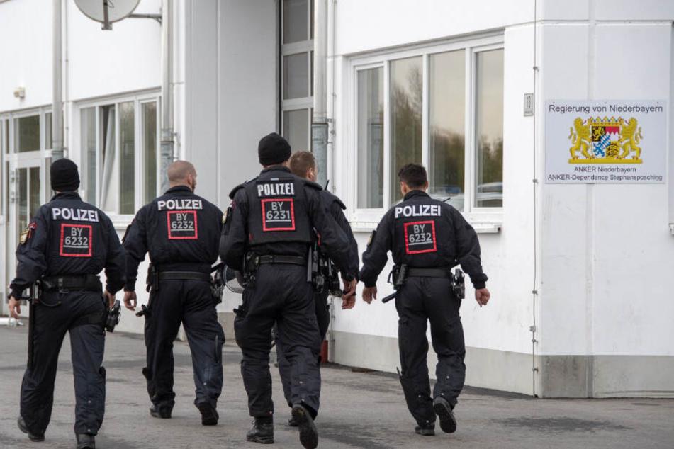 Polizisten gehen auf dem Gelände der Außenstelle Stephansposching des Ankerzentrums Deggendorf. Bereits Ende Oktober sorgte die Asylunterkunft für Negativ-Schlagzeilen.