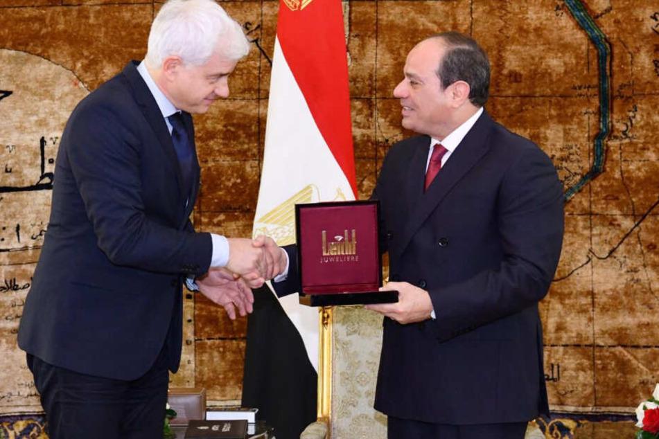 Verbeugung vor dem Despoten: Ball-Impresario Hans-Joachim Frey (54) überreichte am Sonntag in Kairo persönlich den St.-Georgs-Orden an Machthaber El-Sisi (65).