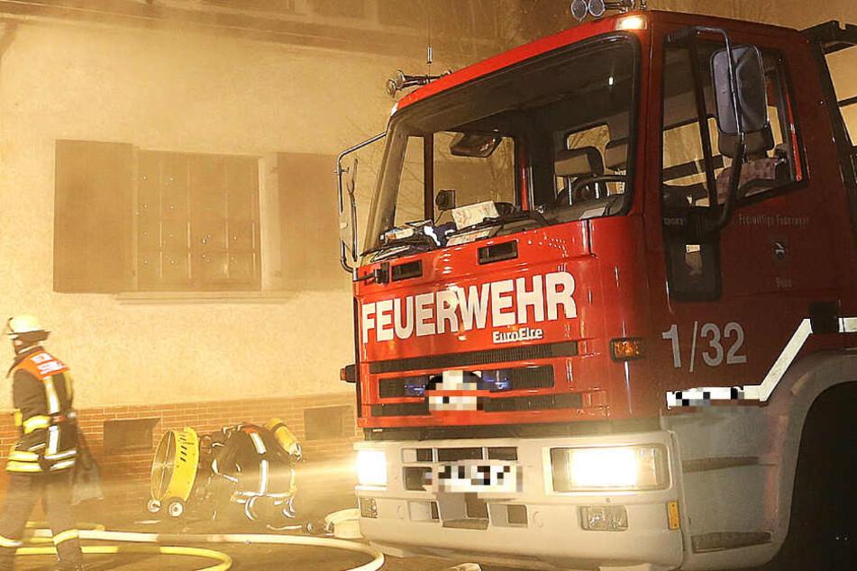 Die Feuerwehr konnte den Verletzten zwar bergen, dennoch starb er kurz darauf. (Symbolbild).