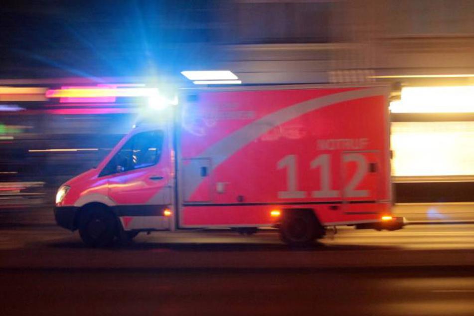 Der schwer verletzte Mann (50) musste in ein Klinikum eingeliefert werden. (Symbolbild)