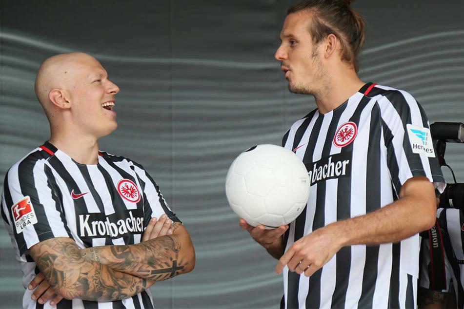 Das Lachen ist zurück bei Marco Russ (links), der hier mit seinem Teamkollegen Alex Meier (29) scherzt.