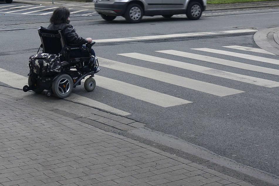 Der Rollstuhlfahrer war plötzlich von der Unfallstelle verschwunden. (Symbolbild)