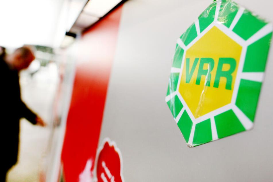 Das VRR-Logo klebt am an einem Fahrkartenautomaten im Hauptbahnhof in Düsseldorf.