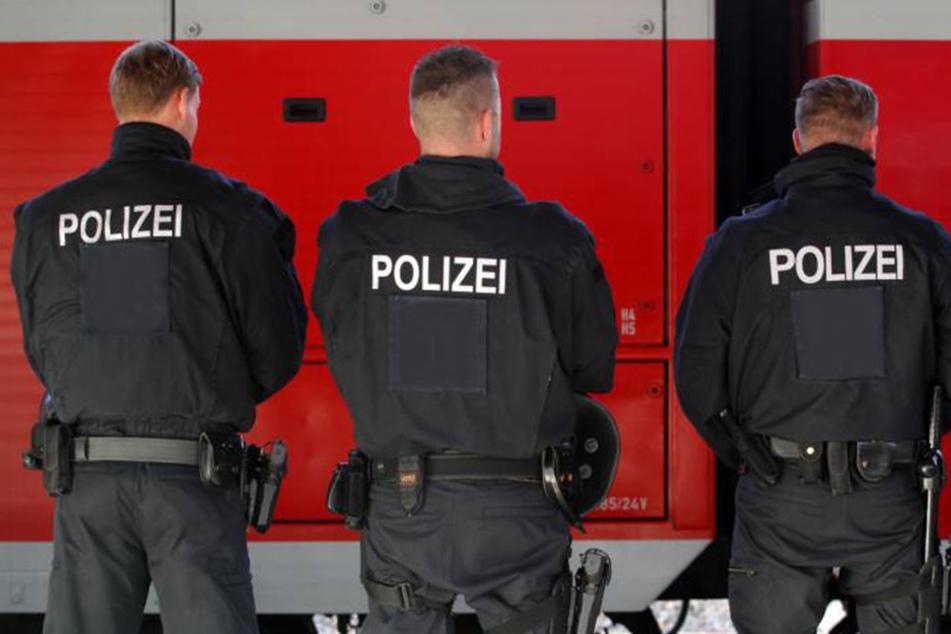Polizisten rückten an, um den verdächtigen Koffer zu untersuchen.