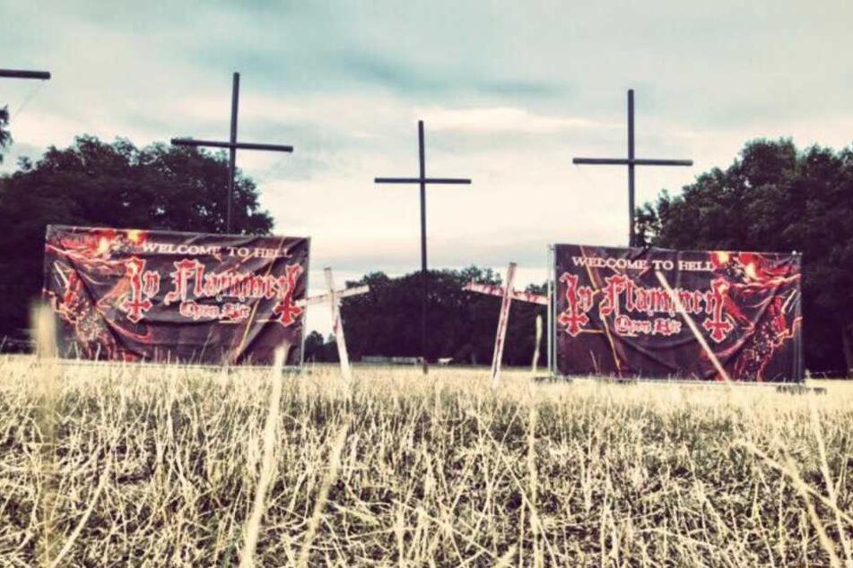 """Die Besucher des """"In Flammen"""" werden auf dem Zeltplatz von einem paar umgedrehten Kreuzen empfangen."""