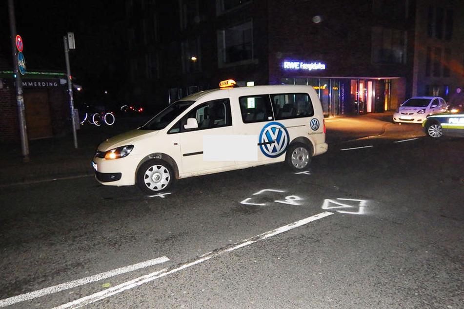 Das Taxi erfasste die 26-Jährige. Sie musste ins Krankenhaus gebracht werden.