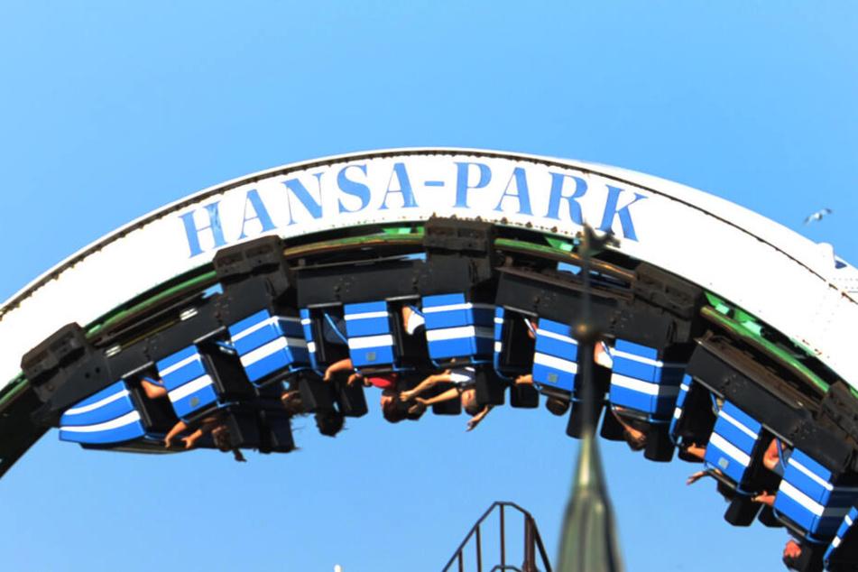 Eine Achterbahn fährt im Hansapark. Der Freizeit- und Familienpark startet am 4. April in die neue Saison.