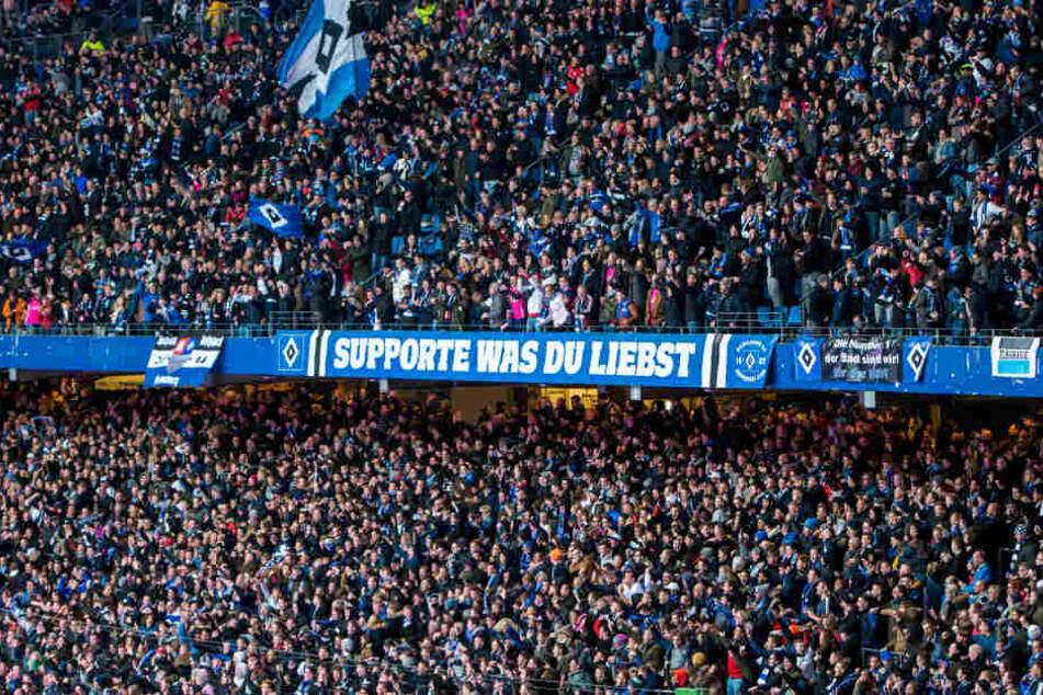 Fans des Hamburger SV verfolgten das Hamburg-Derby vom letzten Wochenende im Volksparkstadion.