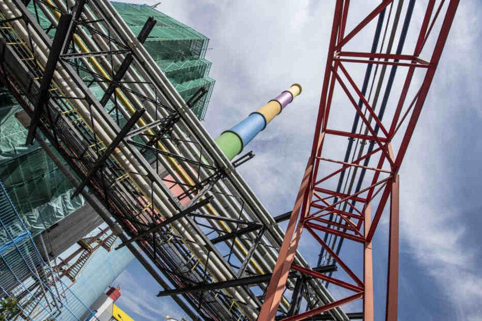 Wer thront bunt über den Dächern des Heizkraftwerkes und der Stadt? Der lange ...