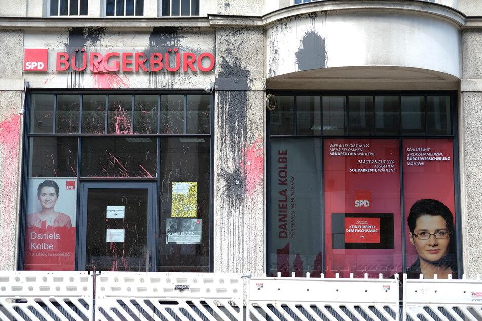 Schwarze und rote Farbe klebt an der Fassade des Bürgerbüros in Leipzig.