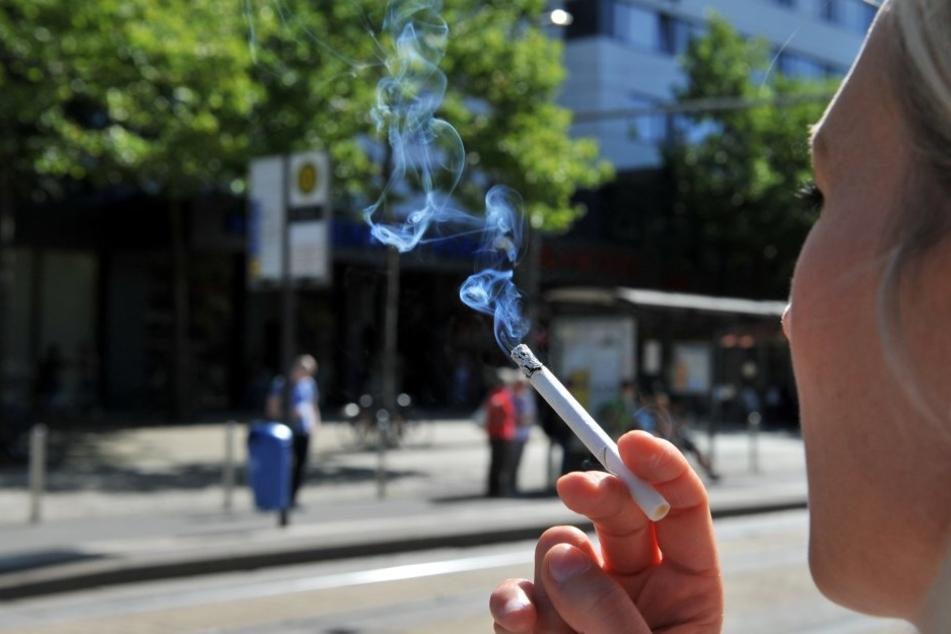 Rauchen an Haltestellen könnte bald verboten sein.
