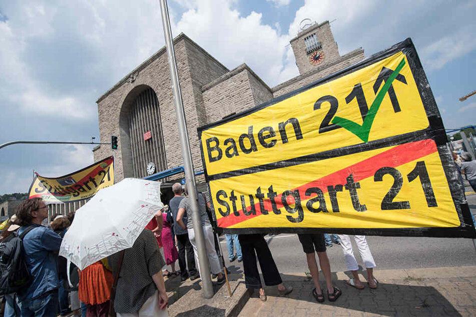 Gegner des Projekts hielten eine Kundgebung ab, um danach in einem Demonstrationszug durch einen Teil der Innenstadt zu ziehen.
