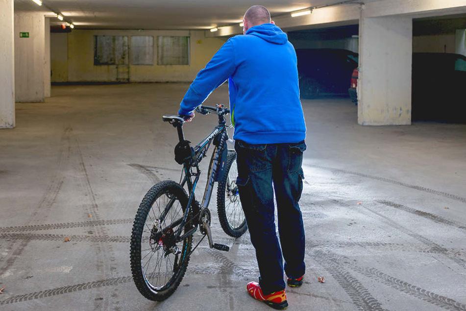 Auf sein Fahrrad ist Facharbeiter René J. (40) allein schon wegen seines  Arbeitsweges angewiesen.