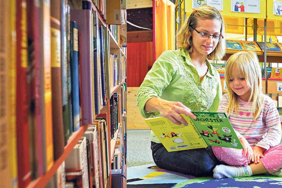 Nancy Schreiber (26) und Töchterchen Mia (5)möchten in der Stadtbibliothek nicht nur Bücher entleihen. Sie verweilen hier auch gern zum Lesen und Spielen.