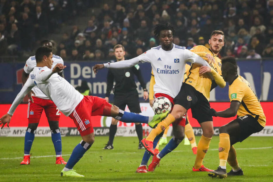 Jede Menge los im HSV-Strafraum: Douglas Santos (l.) und Bakery Jatta klären gegen Linus Wahlqvist und Moussa Koné (r.).