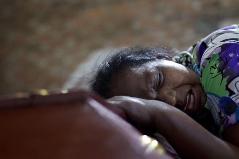 Lalitha weint am Sarg mit dem Leichnam ihrer 12-jährigen Nichte Sneha Savindi, die am Ostersonntag Opfer bei einem der Bombenangriffe auf die St.-Sebastians-Kirche wurde.