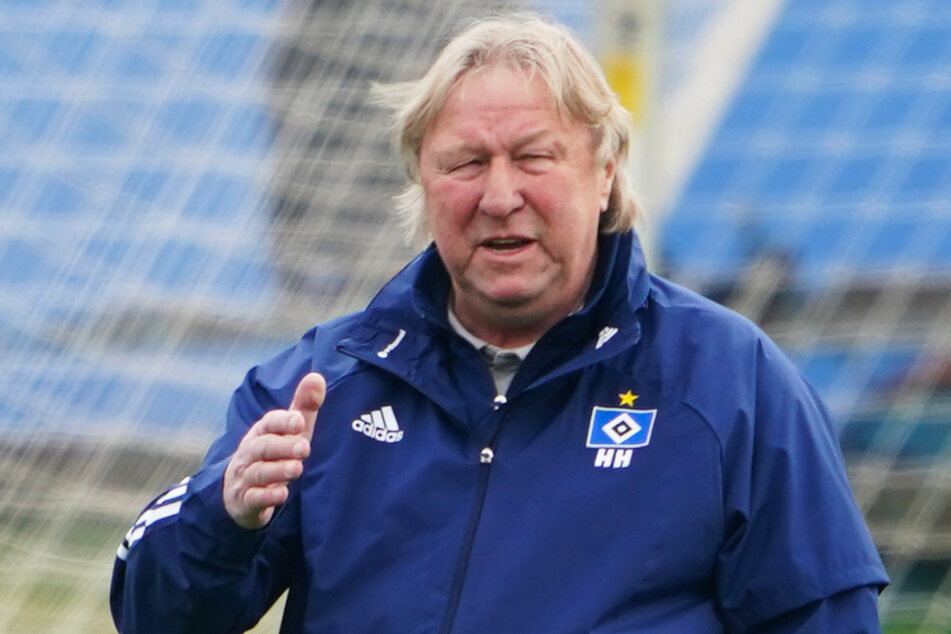 HSV-Interimstrainer Horst Hrubesch (70) sieht weiter eine Aufstiegschance.