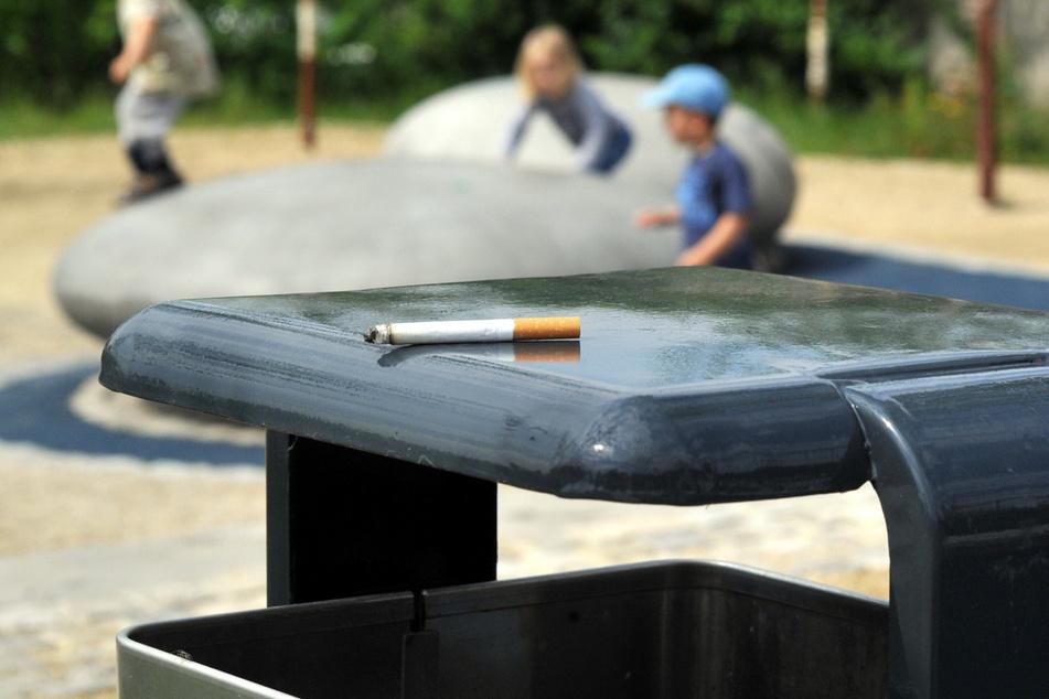 Weggeworfene Kippen am Spielplatz sind auch eine Gefahr für Kleinkinder, die sich Dinge oft gedankenlos in den Mund stecken.