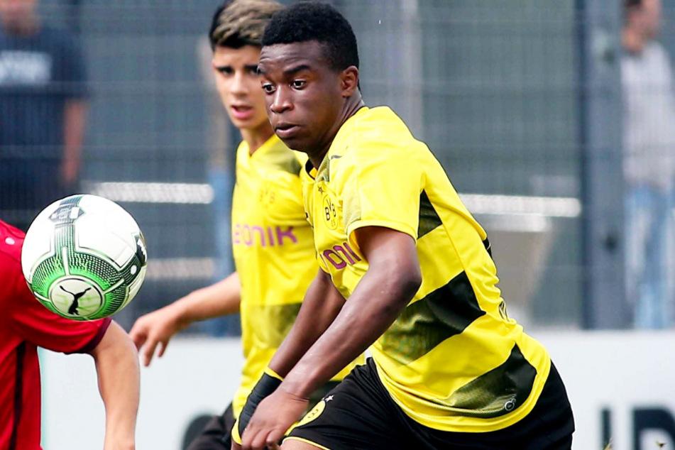 Youssoufa Moukoko (15) darf ab dem 20. November auch in der Herren-Bundesliga spielen. (Archivbild)