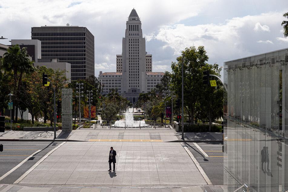 Ein Fußgänger überquert die menschenleere Grand Avenue vor dem Rathaus von Los Angeles.