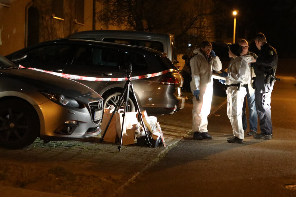 Ermittler stehen nach dem Überfall vor dem Tathaus im Leipziger Osten.