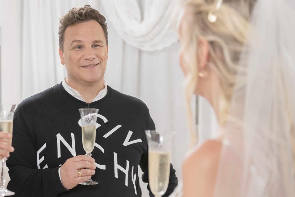 Star-Designer Guido Maria Kretschmer (56) stößt mit Braut Natalie an.