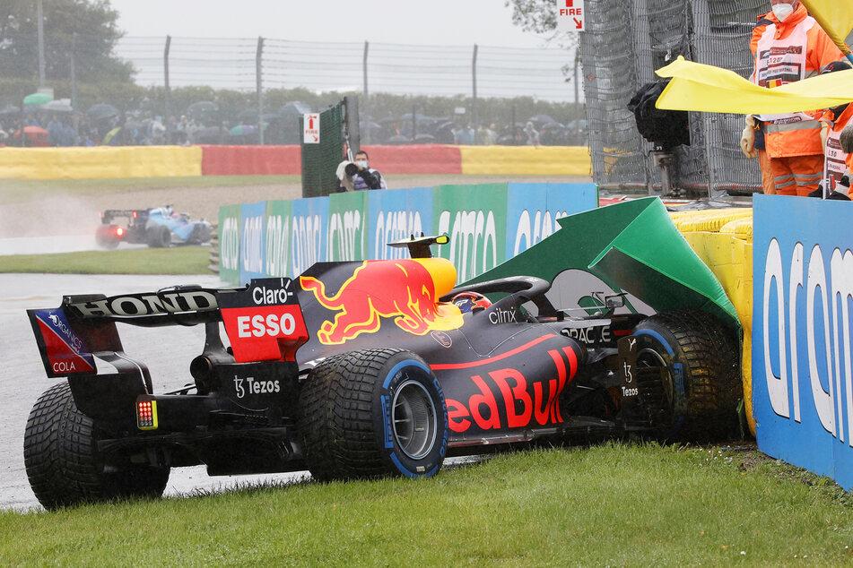 Die gelbe Flagge wird geschwenkt, nachdem Sergio Perez vom Team Red Bull auf dem Weg zur Startaufstellung verunglückt.