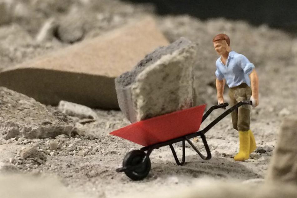 Im Miniatur Wunderland wird aktuell umgebaut - auch die Miniatur-Figuren helfen mit.