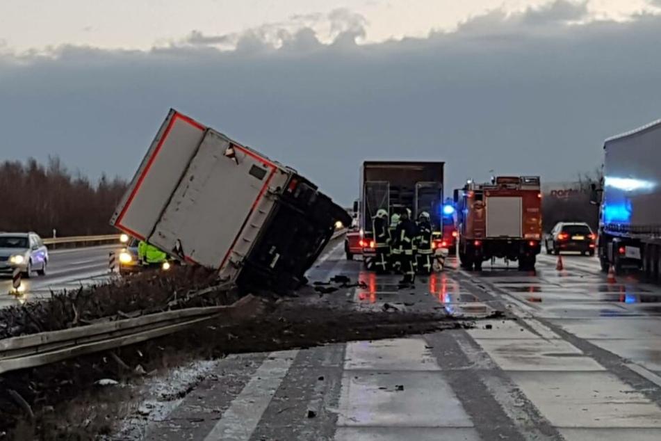 Der Lastwagen kippte nach dem Zusammenstoß auf die Mittelleitplanke.