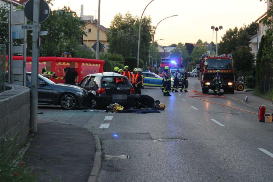 Zwei Autos und ein Motorrad sind zusammengestoßen.
