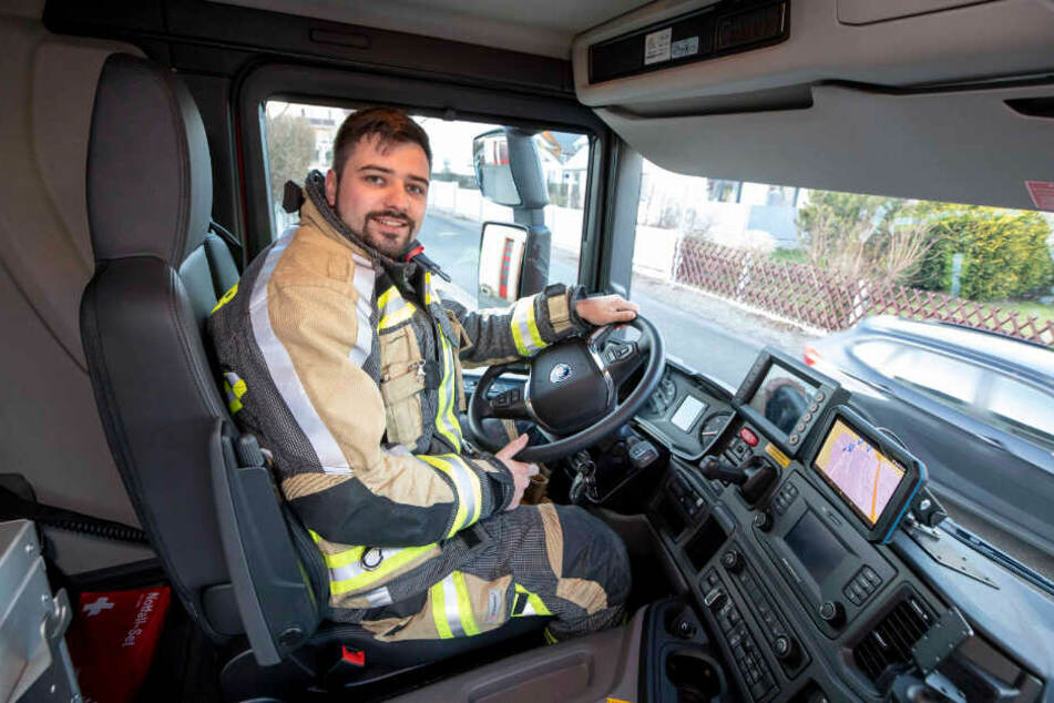 Maschinist Paul Pahler (29) darf den mehr als eine halbe Million Euro teuren Rüstwagen nun steuern.