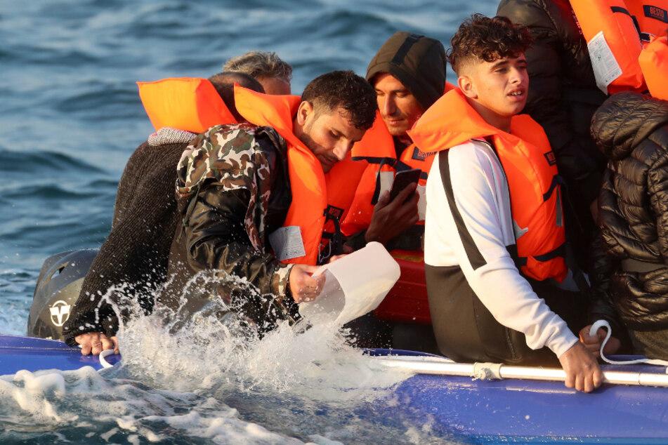 Migranten ins Mittelmeer zurückgedrängt: Hätte die Marine eingreifen müssen?