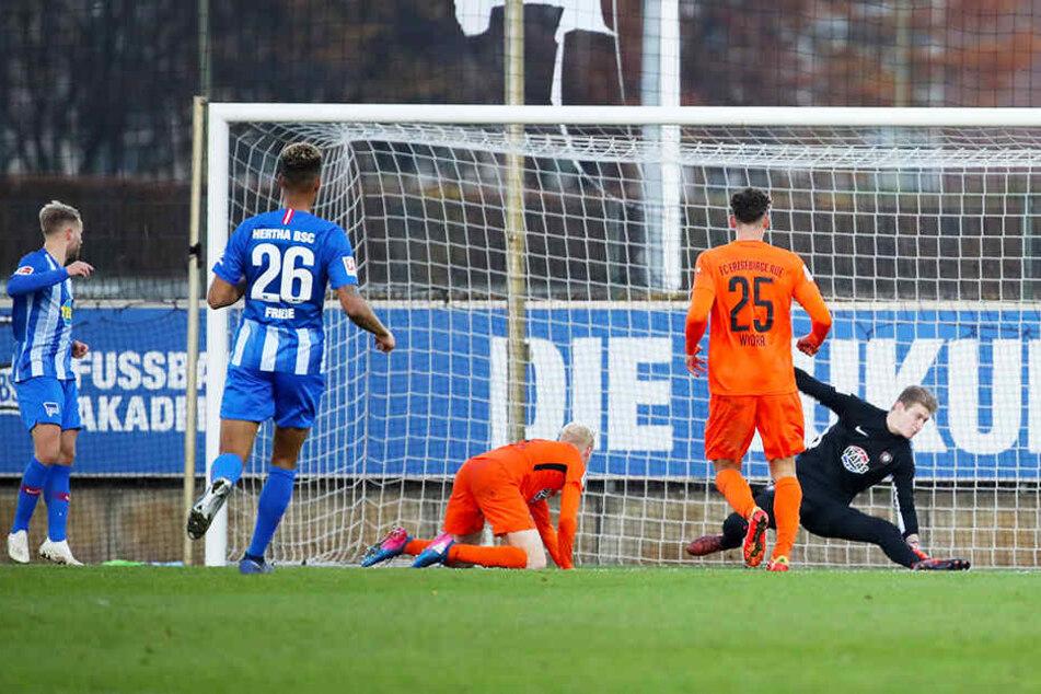 Pascal Köpke (l.) beim Spiel gegen die Auer Ex-Kollegen. Hier versiebt der Herthaner eine Torchance.