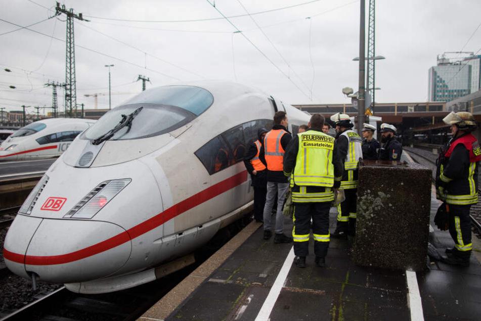 Der betroffene ICE rauchte am Düsseldorfer Hauptbahnhof.