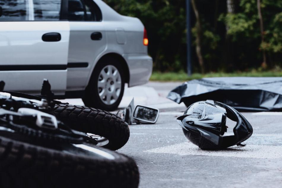 Der Biker verstarb noch am Unfallort. (Symbolbild)