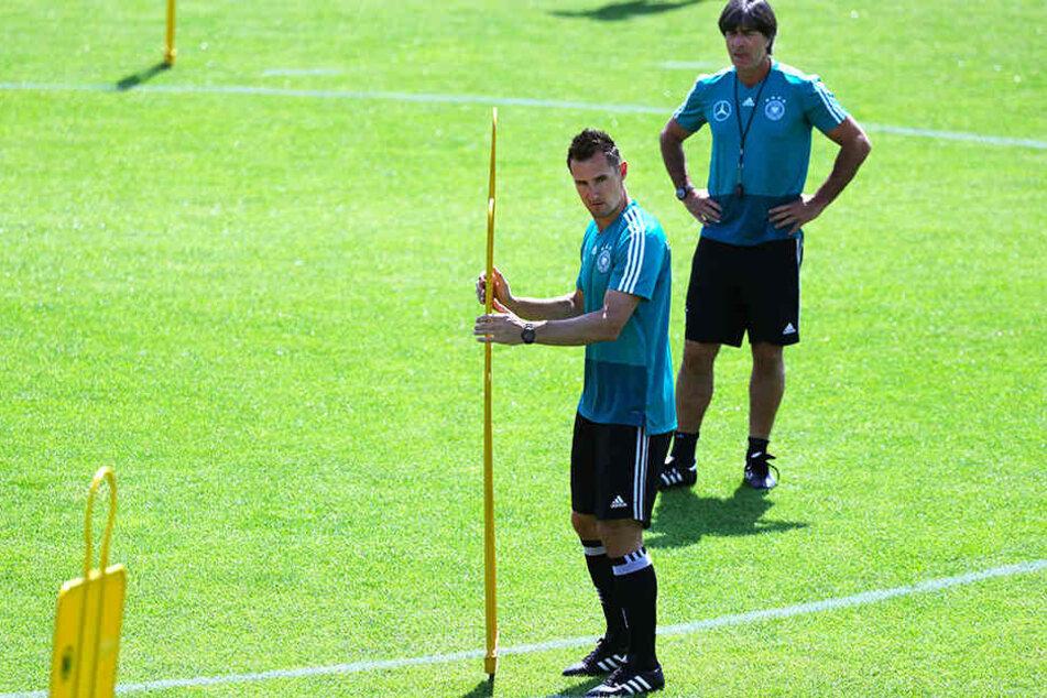 Co-Trainer Miroslav Klose (vorne) und Bundestrainer Joachim Löw (hinten) bereiten eine Trainingseinheit vor.