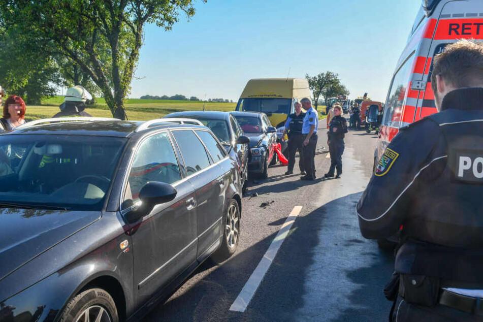 Eine Mopedfahrerin war verunglückt. Als Autofahrer ihr helfen wollten, krachte ein Transporter auf das Stauende.
