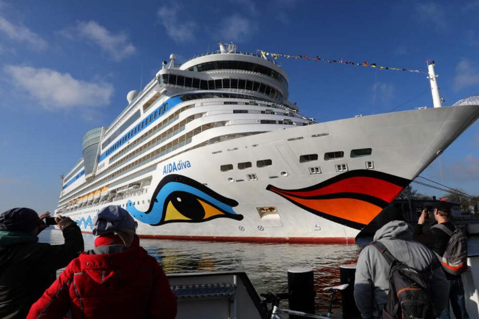 Die AIDAdiva wird im Hafen von Schaulustigen fotografiert. (Symbolbild)