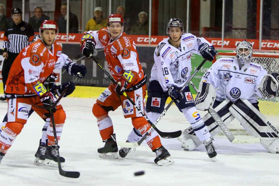 Rob Flick (M.) machte mit seiner ersten Reihe gegen die Kassel Huskies mächtig Betrieb.