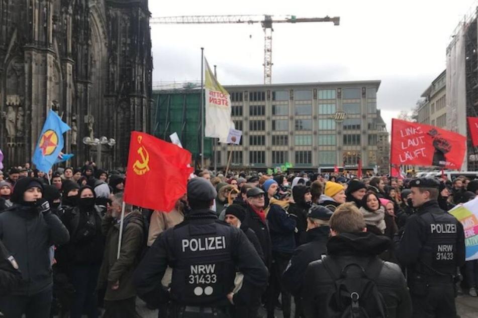 Hunderte Menschen demonstrierten am Samstagmittag in der Kölner Innenstadt.
