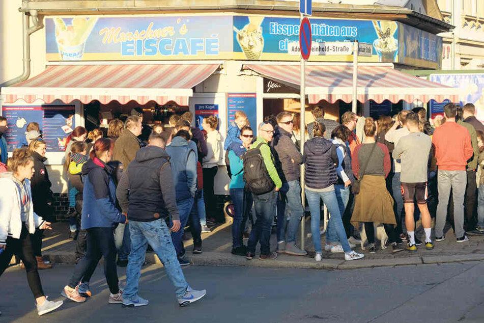 Vorm Eiscafé Marschner in der Zwickauer Straße nahm die Schlange kein Ende.