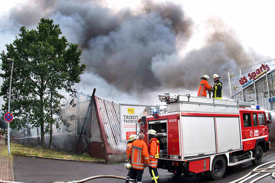 Mehr als 250 Rettungskräfte kämpften gegen die Flammen, die bei einem Feuer in einem Bowling-Center entstanden.