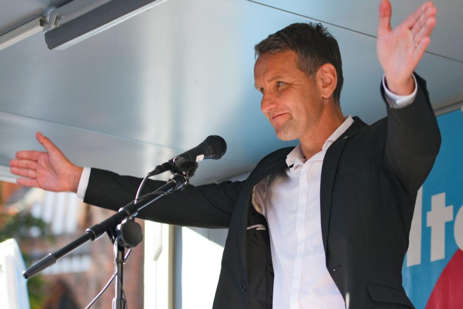 Der AfD-Bundesvorstand will ein Parteiausschlussverfahren gegen den umstrittenen Thüringer Landesvorsitzenden Björn Höcke einleiten.