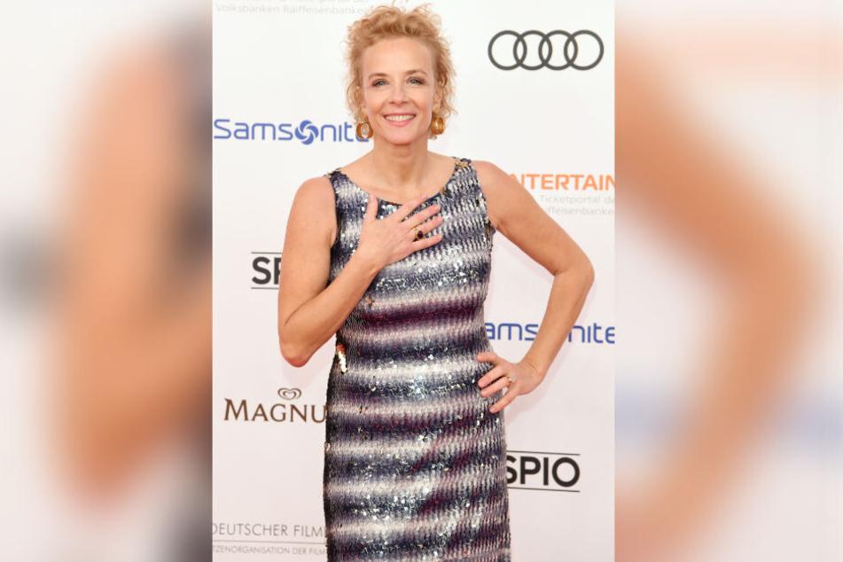 Katja Riemann auf dem Deutschen Filmball, in einem ungewollt Norddeutschen Outfit, das an eine schillernde Fischrobe erinnert.
