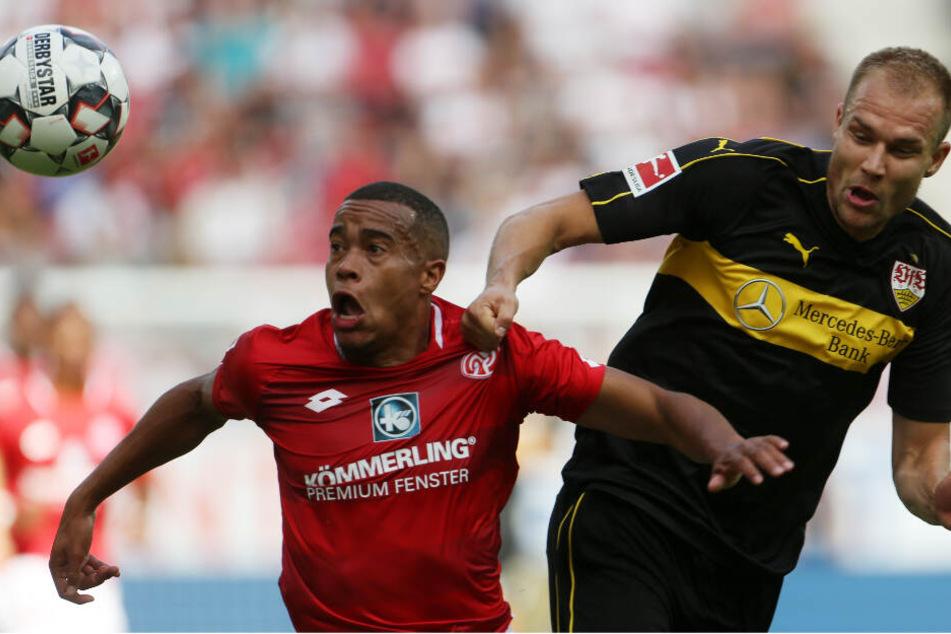 Der Mainzer Robin Quaison im Zweikampf mit VfB-Verteidiger Holger Badstuber in der