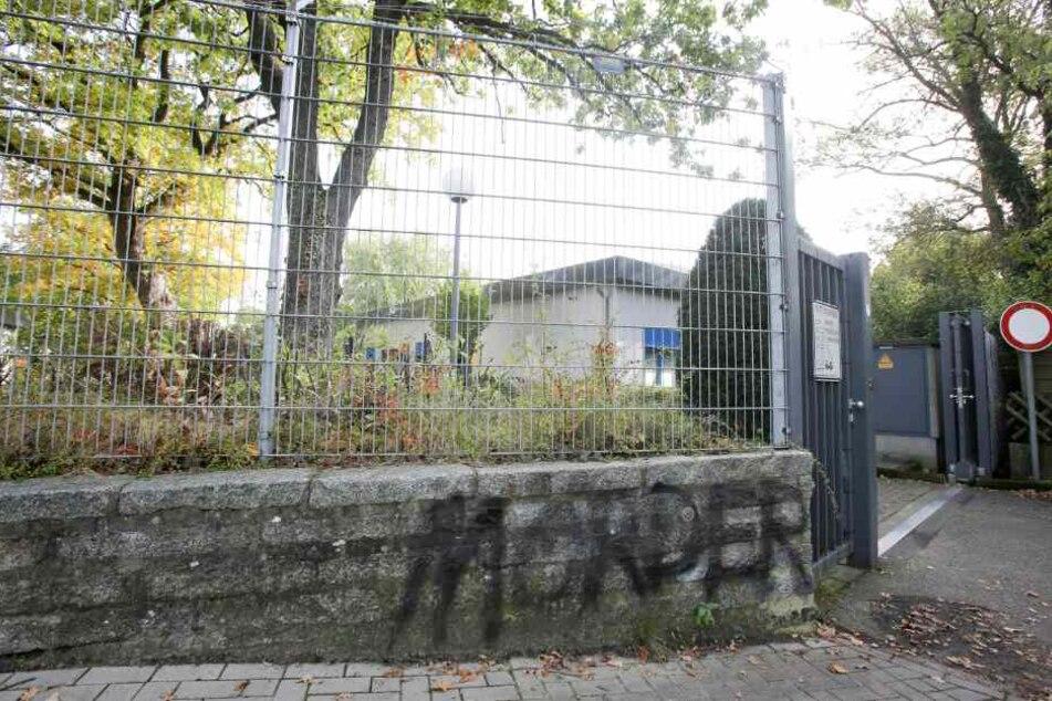 """Der Schriftzug """"Mörder"""" steht an einer Mauer des Geländes der Firma LPT in Hamburg-Neugraben."""