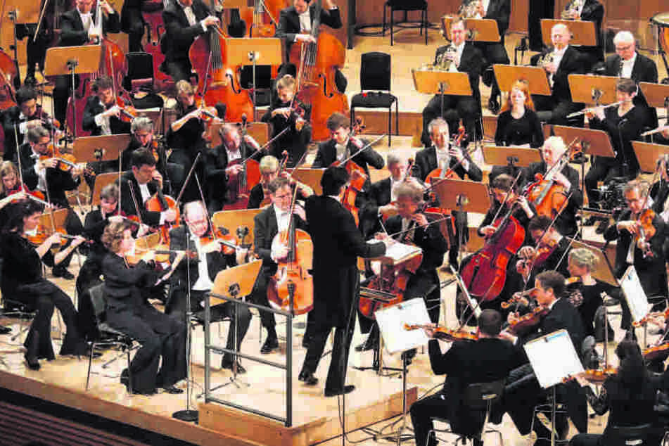 Die Dresdner Philharmonie spielte Musik von Dmitri Schostakowitsch, Franz  Schubert und Ludwig van Beethoven unter Leitung von Chefdirigent Michael  Sanderling.