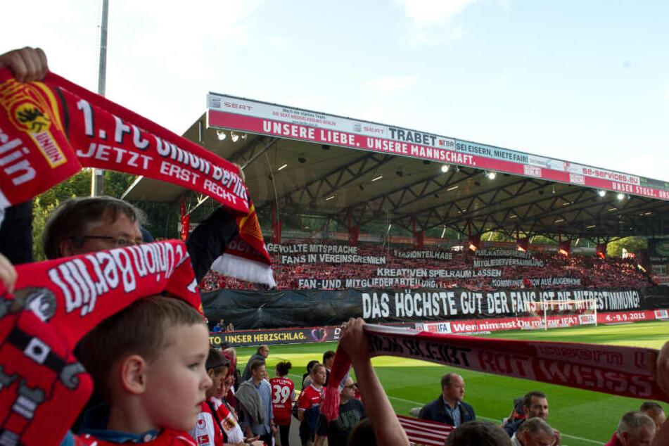 Beim letzten Heimspiel gegen RB Leipzig vor fast genau vier Jahren wurde mit diesen Spruchbändern protestiert.