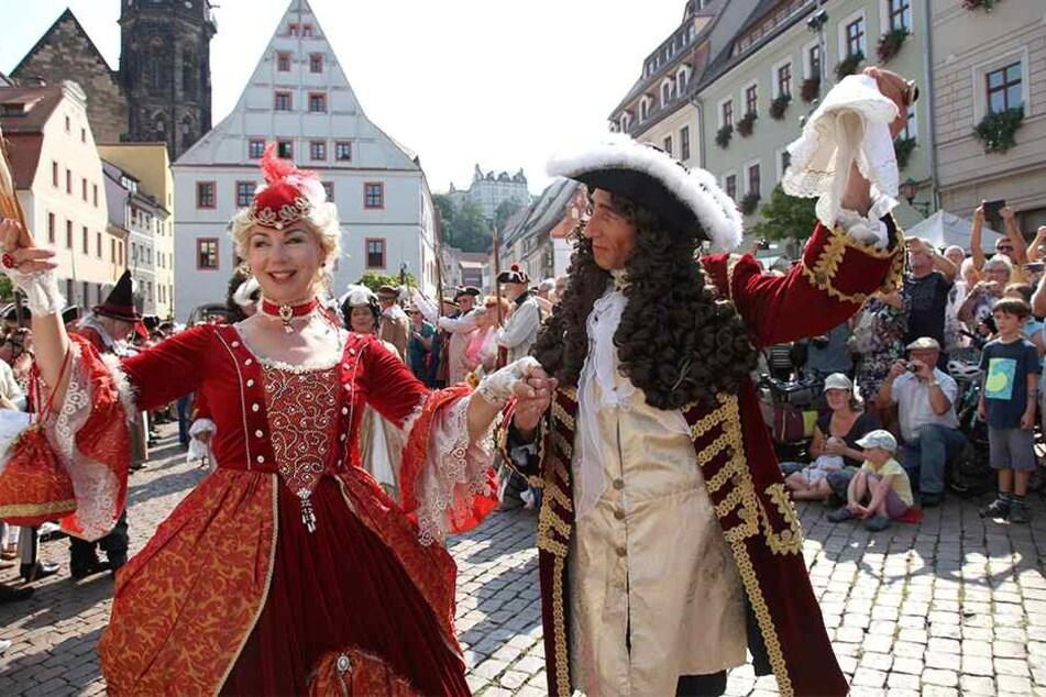 Mit einem Empfang des Hochzeitspaares begann das Fest gestern in Pirna.