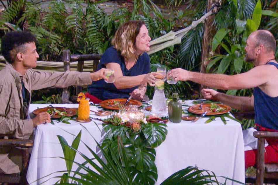 Die Finalisten beim Essen: Prince Damien (l.), Danni Büchner und Sven Ottke.